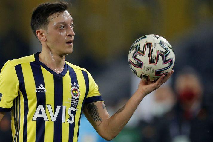 Mesut Özil í leik með Fenerbahce liðinu en það hefur gengið illa hjá honum í byrjun,