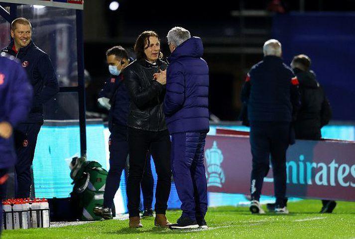 Gareth Ainsworth og Mourinho á hliðarlínunni í kvöld.
