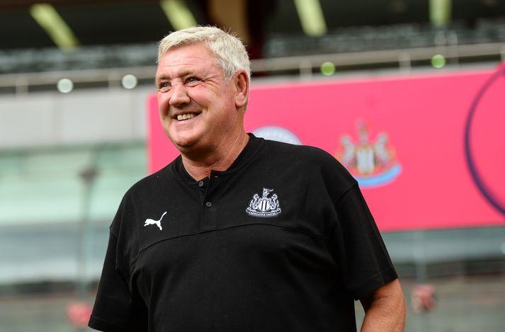 Stuðningsmenn Newcastle United voru ekki hoppandi kátir þegar Bruce var ráðinn knattspyrnustjóri liðsins.