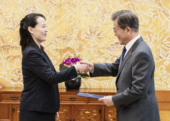 Kim Yo-jong afhenti Moon Jae-in handskrifað bréf bróður síns eftir morgunverðarfund þeirra í Seoul í morgun.