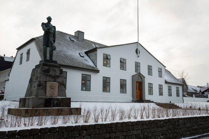 Styttunni af Kristjáni 9. með fyrstu stjórnarskrá Íslendinga var komið upp fyrir framan Stjórnarráðið árið 1915.