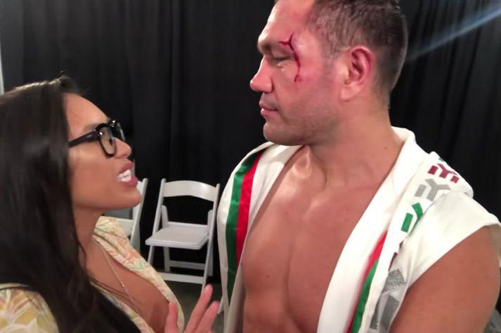 Kubrat Pulev horfir hér á fréttakonuna Jennifer Ravalo. Stuttu seinna kyssti hann hana beint á muninn.