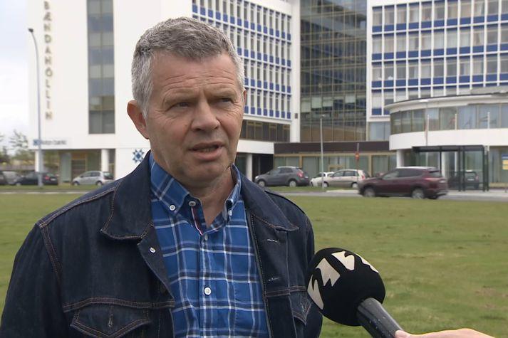 Gunnar Þorgeirsson, formaður Bændasamtaka Íslands, framan við Bændahöllina við Hagatorg í dag.