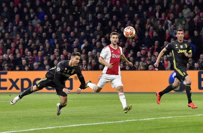 Cristiano Ronaldo skorar hér markið sitt á móti Ajax í gær.