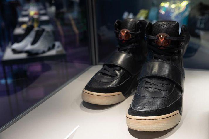 Hér má sjá umrædda Yeezy-skó á sýningu fyrir uppboðið í Hong Kong. Kanye West klæddist skónum á Grammy verðlaunahátíðinni árið 2008.
