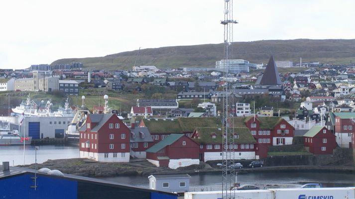 Frá Þórshöfn í Færeyjum. Skrifstofur lögmanns og landsstjórnarinnar eru á Þinganesi, í rauðu húsunum.