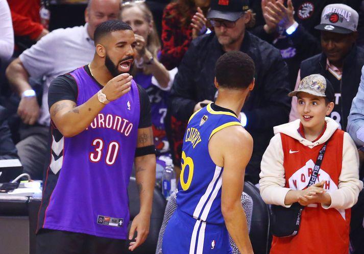 Drake lætur Steph Curry heyra það í leik Toronto Raptors og Golden State Warriors í fyrsta leik NBA-úrslitanna árið 2019.