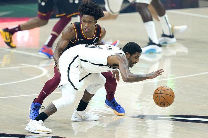 Kyrie Irving fer hér framhjá Collin Sexton í leik Brooklyn Nets og Cleveland Cavaliers í nótt.