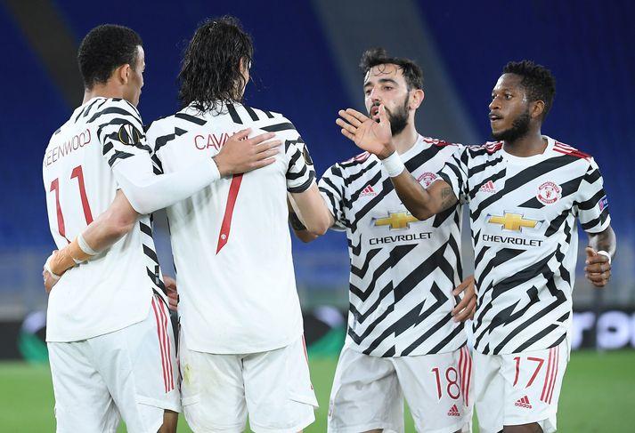 Leikmenn Manchester United fagna fyrra marki Edinson Cavani í kvöld.