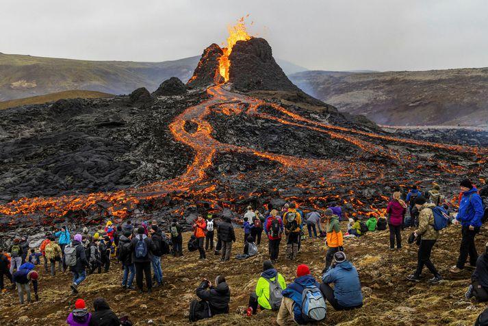 Fólksfjöldinn hjá eldgosinu við Fagradalsfjall á Reykjanesi í gær.