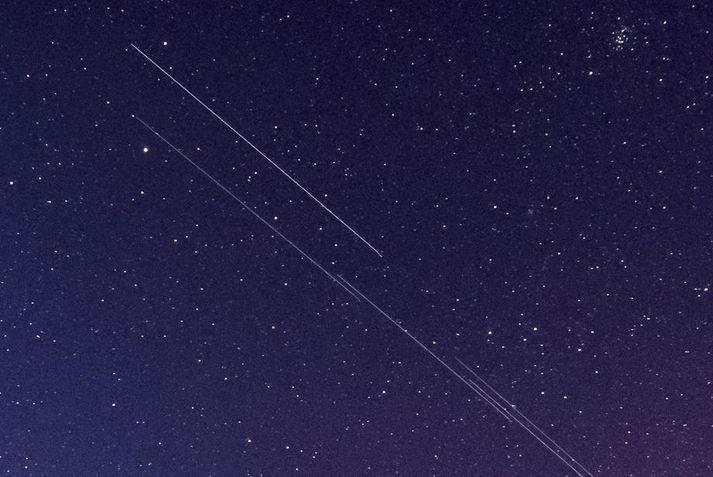 Starlink-gervitungl SpaceX skilja eftir sig langar bjartar rákir á næturhimninum á þessari mynd sem tekin var í Ungverjalandi í nóvember.