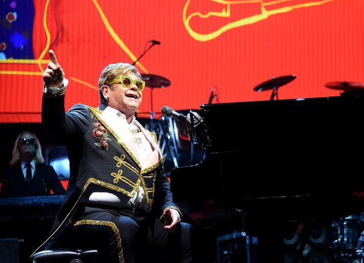 Syngiði með! Elton John í miðri sveiflu.