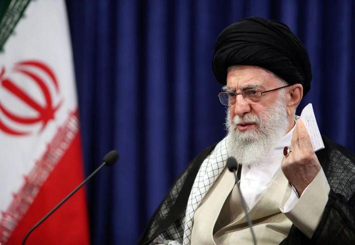 Ali Khamenei, æðstiklerkur og æðsti leiðtogi Írans, skipaði varðamannaráðinu að fara aftur yfir frambjóðendur sem það hafnaði.