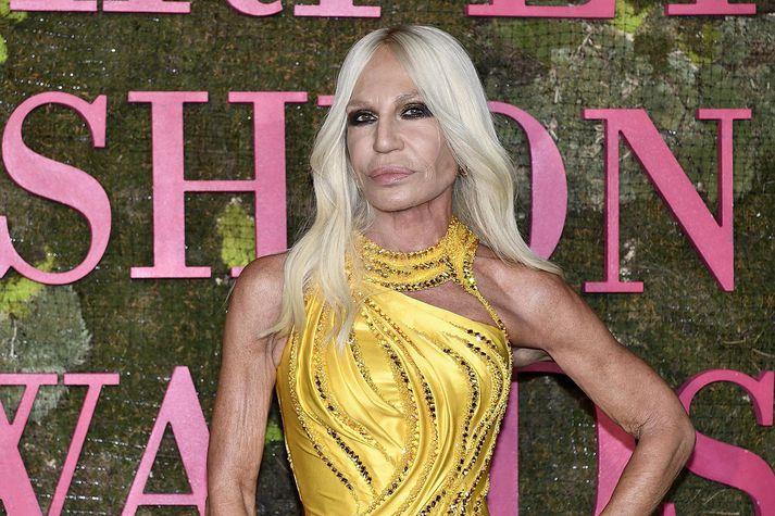Donatella Versace hefur stýrt Versace fá morðinu á bróður sínum Gianni árið 1997.