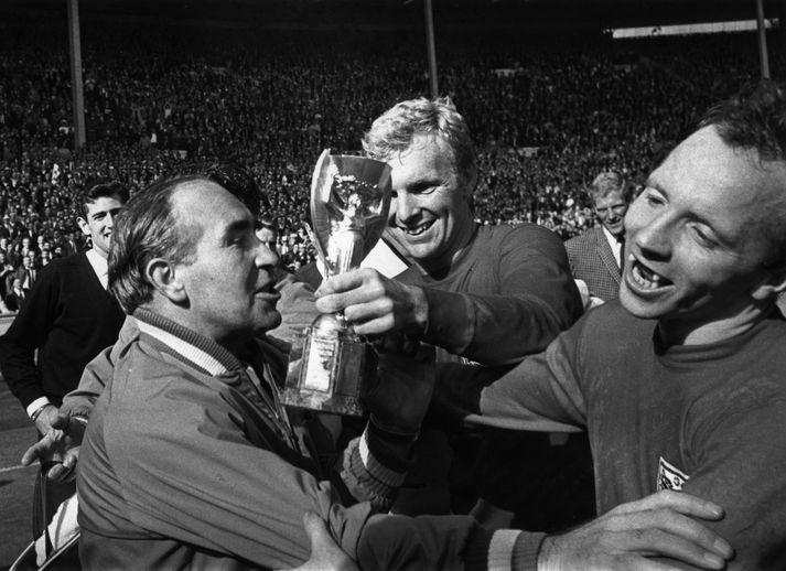 Nobby Stiles (lengst til hægri) fagnar heimsmeistaratitlinum 1966 ásamt Alf Ramsey og Bobby Moore.