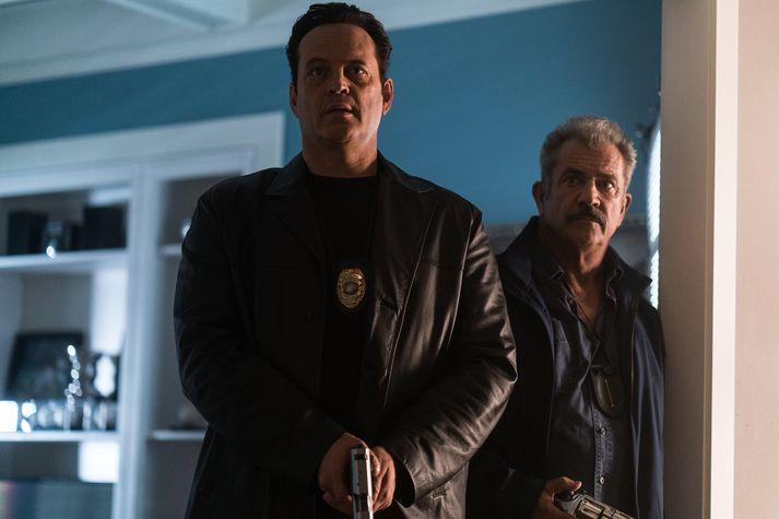 Löggutvíeykið Brett Ridgeman (Mel Gibson) og Anthony Lurasetti (Vince Vaughn), vílar ekki fyrir sér að brjóta lögin eftir að hafa málað sig út í horn í vinnunni.