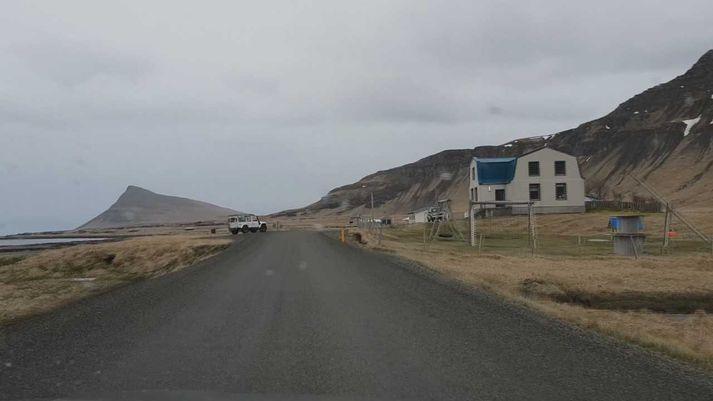 Frá Finnbogastöðum í Trékyllisvík. Þar er grunnskóli Árneshrepps. Reykjaneshyrna sést fjær til vinstri.