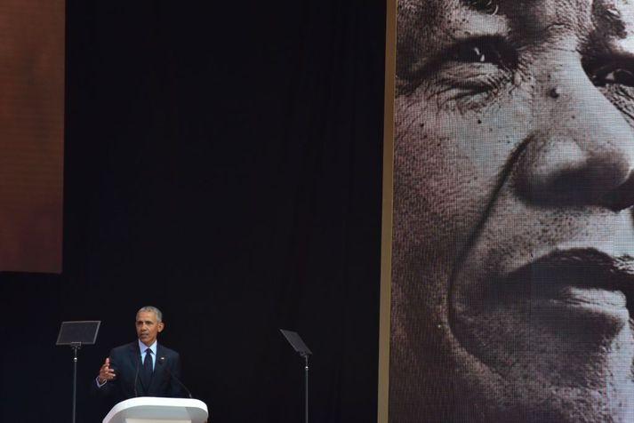 Barack Obama í pontu í Jóhannesarborg í gær.