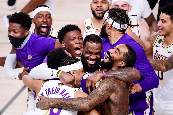 LeBron James fagnar með liðsfélögum sínum eftir að Los Angeles Lakers varð NBA-meistari í nótt.
