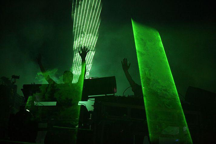 The Chemical Brothers sjást hér á tónleikum.