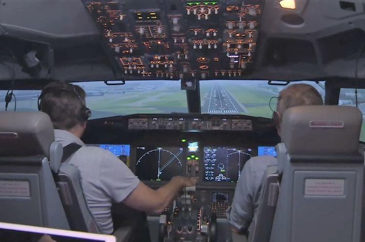 Flugmenn æfa lendingu í einum af flughermum Icelandair.