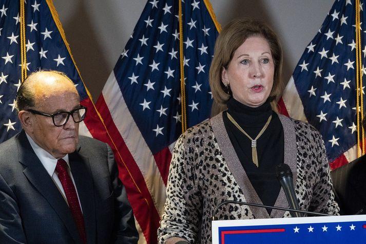 Sidney Powell og Rudy Giuliani á blaðamannafundi í síðustu viku.