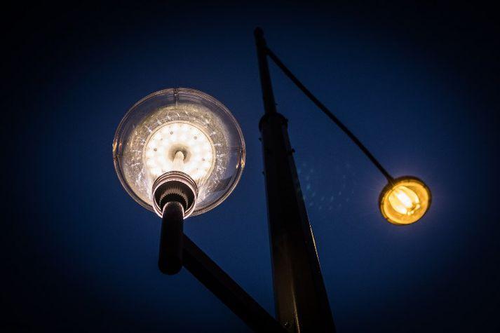 Ljósið frá LED-perum er mun bláleitara en frá hefðbundnum kvikasilfurs- og natríumperum.