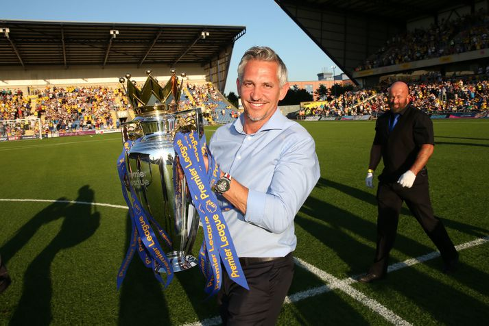 Gary Lineker með Englandsmeistarabikarinn sem Leicester City vann fyrir fjórum árum.