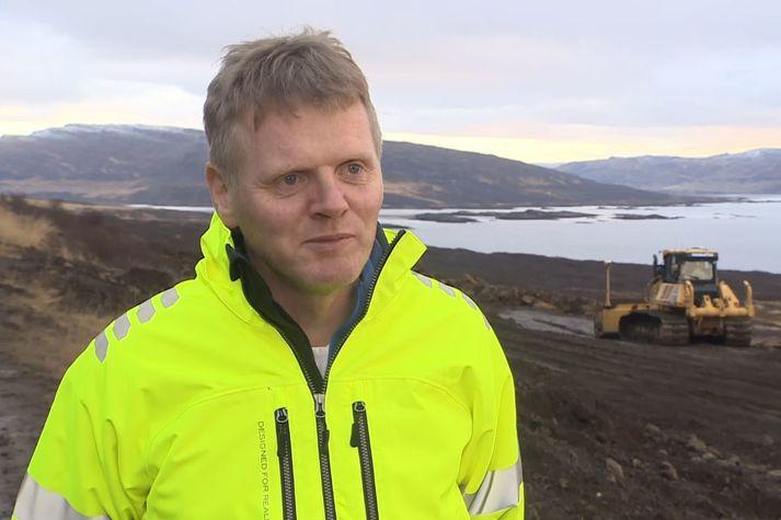 Óskar Sigvaldason, framkvæmdastjóri Borgarverks, á vinnusvæðinu norðaustan Skálaness.