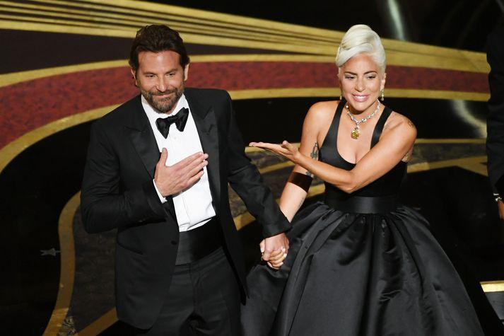 Lady Gaga og Bradley Cooper syngja lagið Shallow.