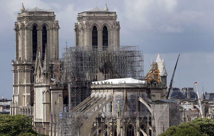 Notre Dame dómkirkjan eftir brunann. Þak kirkjunnar fór afar illa í brunanum og hin einstaka kirkjuspíra varð brunanum að bráð.