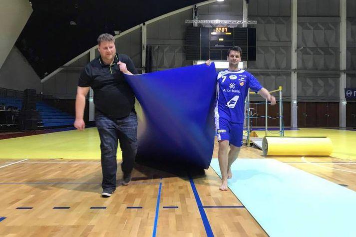 Róbert Geir Gíslason og Arnór Atlason rífa upp dúkinn eftir leik.