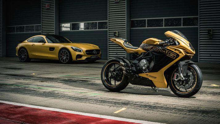 Agusta AMG hjól og Mercedes Benz AMG bíll í bakgrunni.