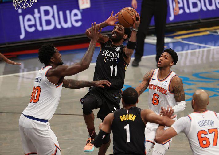 Kyrie Irving skoraði 40 stig er Brooklyn Nets vann nauman sigur á New York Knicks í borgarslag New York-borgar.