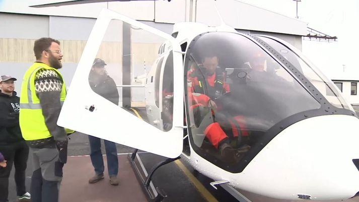 Jules sést hér í Bell 505-þyrlunni.