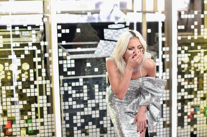 Tilfinningarnar báru Gaga nær ofurliði þegar tilkynnt var um sigurvegarann í flokki poppdúetta.