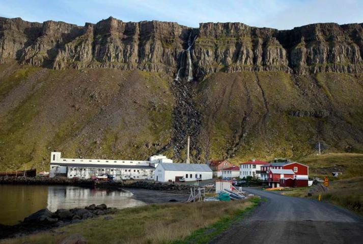 Sama fjölskyldan hefur rekið hótel í meira en þrjátíu ár á Djúpavík í Reykjarfirði á Ströndum.