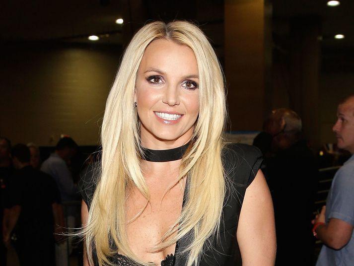 Jamie Spears, faðir söngkonunnar Britney Spears, hefur nú formlega látið af forræði sínu yfir henni.