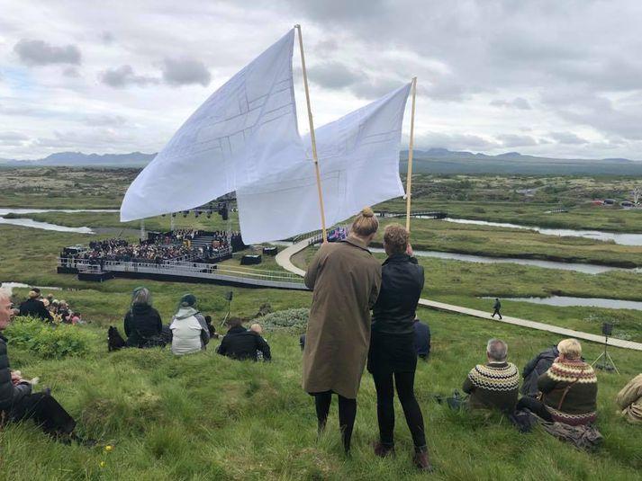 Á þessum tímamótum bera Íslendingar ábyrgð á að taka skýra afstöðu gegn slíkum skilaboðum., segja listakonurnar sem héldu á hvítum fánum á Þingvöllum.