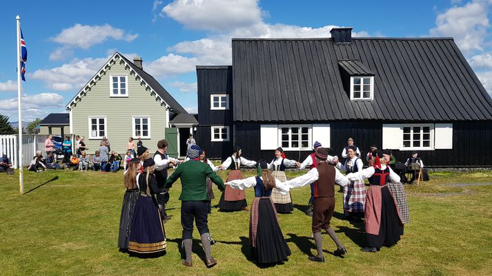 Dansinn á grasflötinni við Húsið á Eyrarbakka heppnaðist vel og vakti athygli þeirra sem þangað komu.