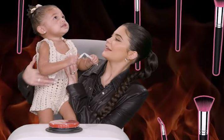 Kylie Jenner mætti með Stormi til Ellen í skemmtilegan dagskrálið.