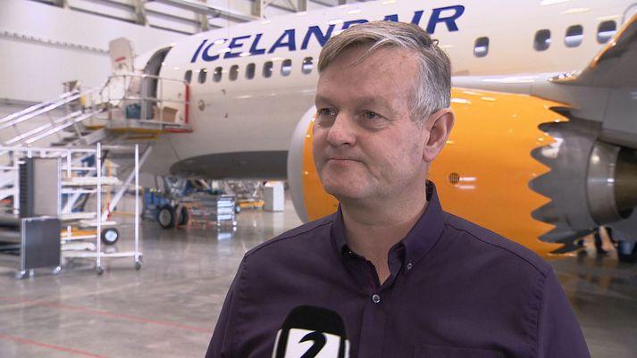 Haukur Reynisson, flugrekstrarstjóri Icelandair, við nýju Boeing 737 MAX þotuna.