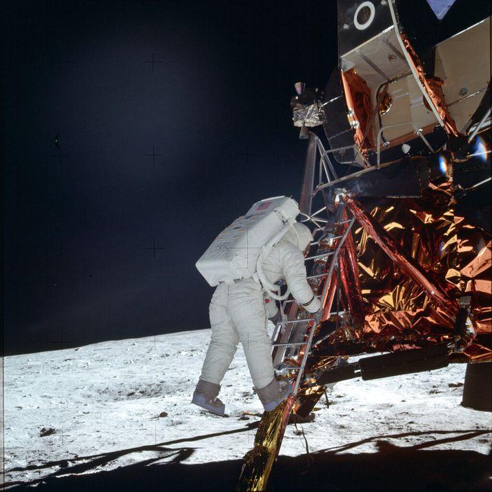 Buzz Aldrin fetar sig niður stigann úr Erninum. Hann var annar maðurinn til að stíga fæti á tunglið á eftir Neil Armstrong.