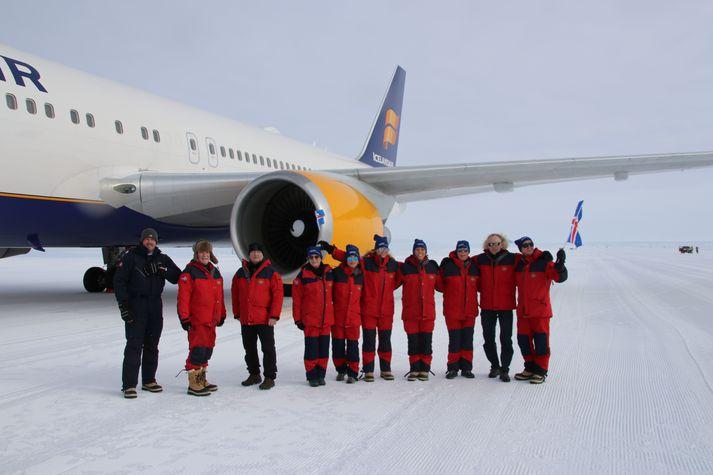 Vísindamennirnir sem flugu heim til Noregs með Icelandair fyrir framan vélina.