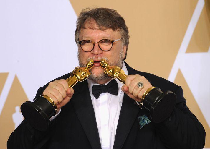 Mexíkóski leikstjórinn Guillermo del Toro með Óskarsstytturnar sínar tvær sem hann hlaut fyrir bestu mynd og bestu leikstjórn.