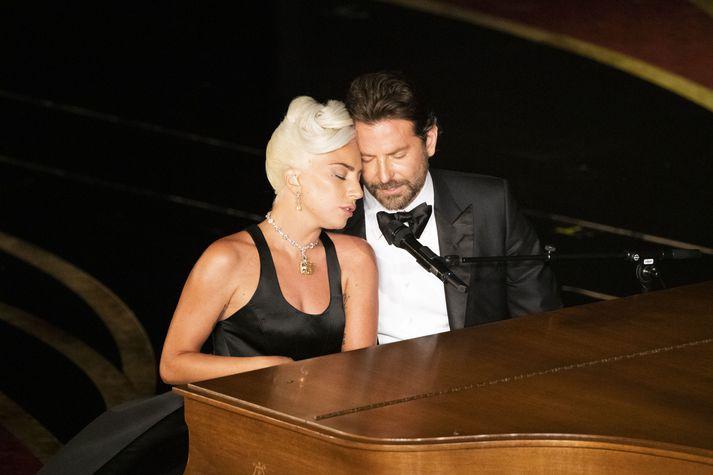 Mikil innlifun þykir einkenna frammistöðu Lady Gaga og Bradley Cooper þegar þau stíga saman á stokk. Hér eru þau á Óskarsverðlaunahátíðinni síðastliðinn febrúar.