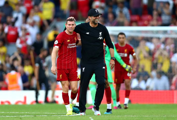 Klopp fagnar með James Milner eftir leikinn gegn Arsenal.
