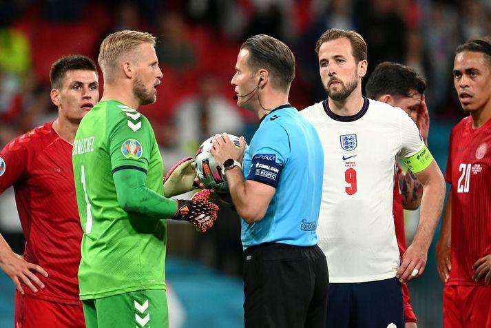 Kasper Schmeichel ræðir málin við hollenska dómarann Danny Makkelie í undanúrslitaleiknum á Wembley í gær.