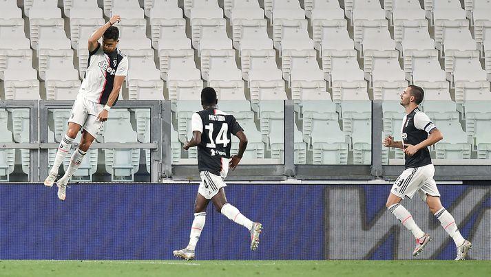 Ronaldo fagnar fyrra marki sínu í kvöld.