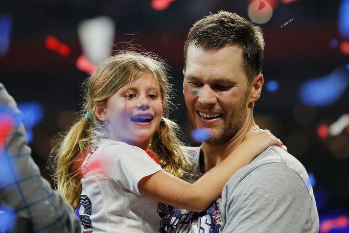 Tom Brady með dóttur sinni Vivian Lake Brady eftir sjötta titil hans með New England Patriots.